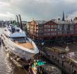 Megajacht Vanish vaart door de Rijn
