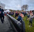 Honderden mensen bij verkiezingskaravaan van Baudet maandagmiddag bij de Zegersloot